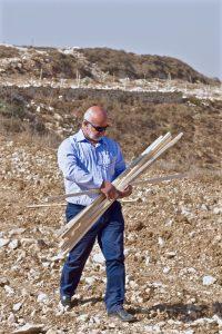 Min chef Nidal hjälper till med att placera ut stängerna som ska hålla uppe de nya olivträdena