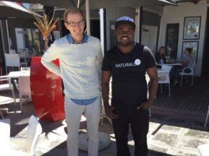 Niclas från KFUM Sverige och Mike, café manager i Kapstaden