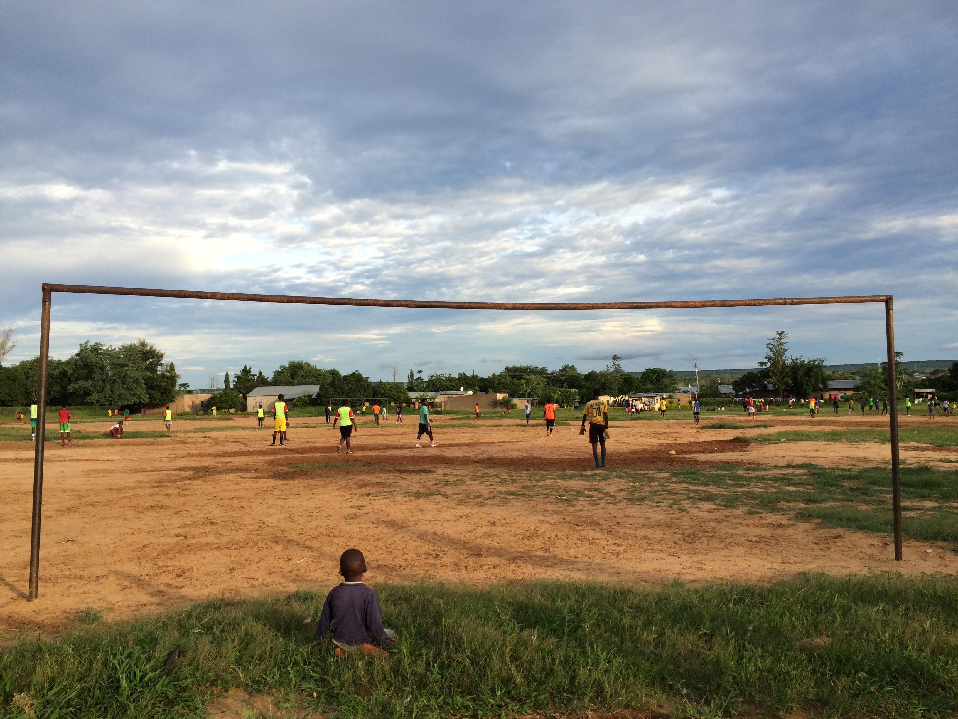 Ingen kan göra allt – men alla kan göra något! YWCA – FC Golden Stars Livingstone